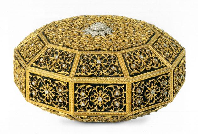 """""""Scrigno Mediceo"""", 1970, di forma decagonale in oro giallo, con fondo in acciaio brunito e  diamanti incastonati in castoni di oro bianco"""